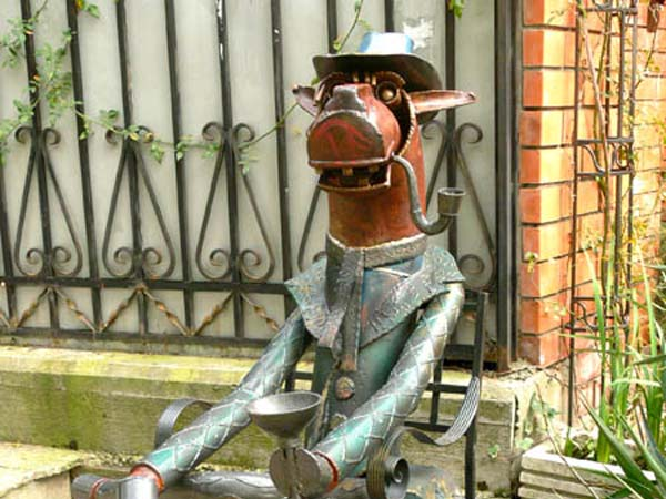 Памятник конь в пальто