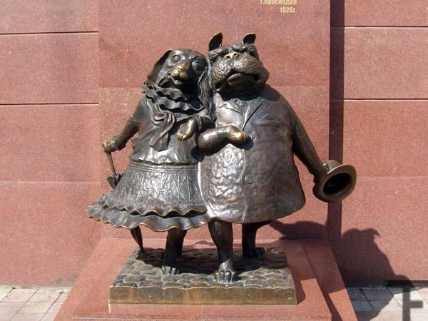 Памятник собачкам в Краснодаре