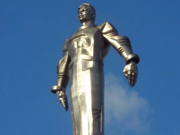 Памятник покорителю космоса