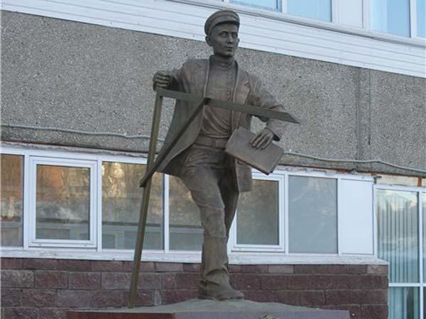 Памятник землемеру