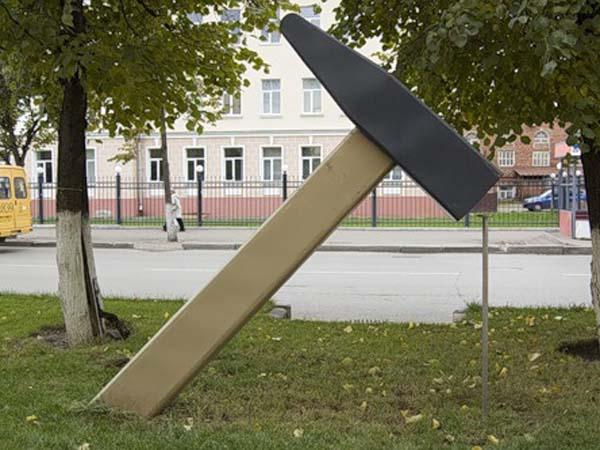 Памятник молотку