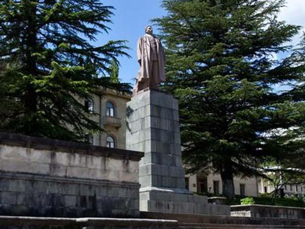 Памятник Сталину в Ткибули (разрушен)