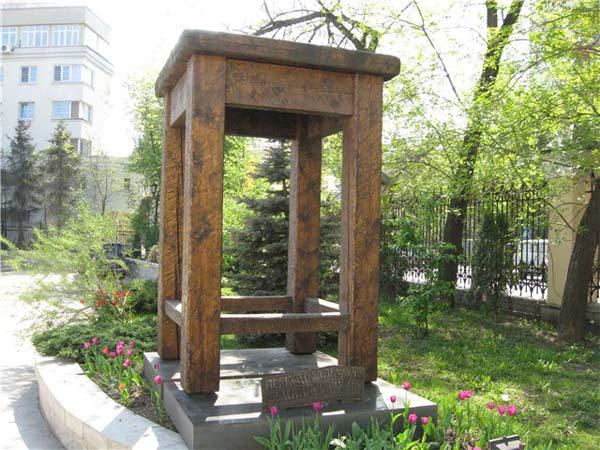 Памятник табурету