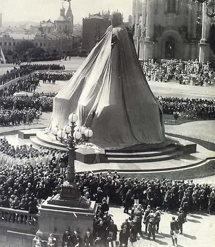 Памятник Александру 3 - Москва (перед открытием)