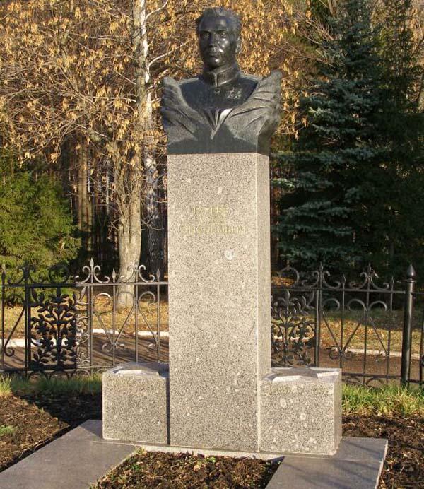 Бюст Гарееву в Уфе (Парк Победы)