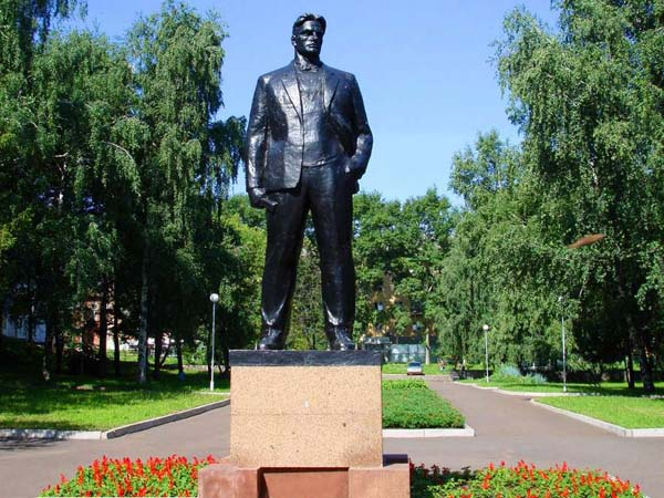 Памятник Маяковскому в Уфе