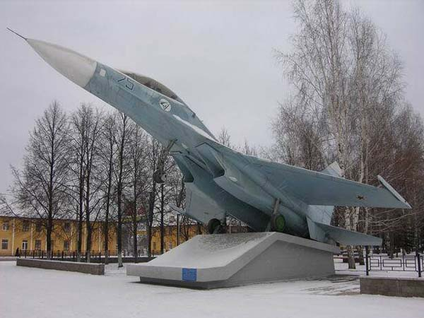 Памятник самолету СУ-27 в Уфе