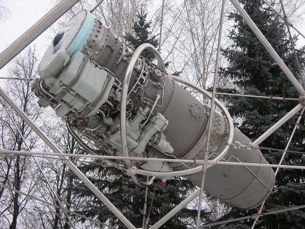 Памятник части (мотор) самолета СУ-27 в Уфе