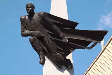 Памятник хоккеисту В. Блинову