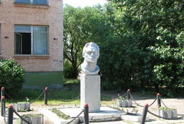 Бюст героя Комкова Ф.А.