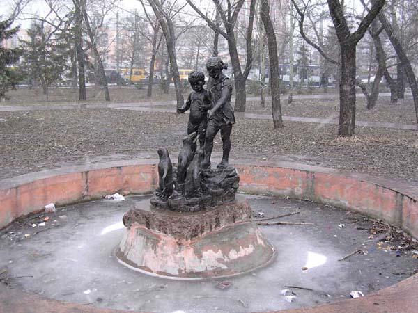 Дети, кормящие пингвинов - Омск