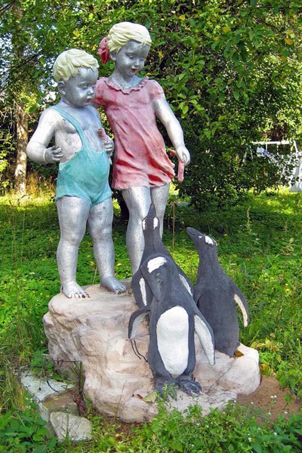 Дети, кормящие пингвинов - Мотино
