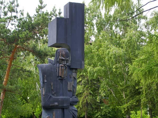 """Памятник """"Крест несущий"""" Ф.М. Достоевский - Омск"""