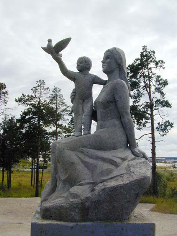 Памятник матери и дитя - Ноябрьск