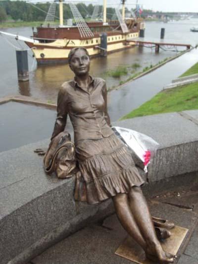 Памятник туристке - Новгород