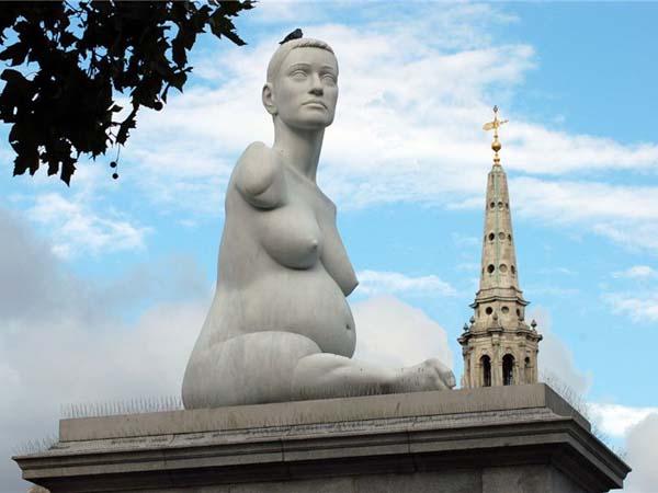 Памятник беременной