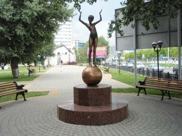 Памятник девочка на шаре - Новороссийск