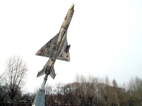 Памятник самолету в Ачинске