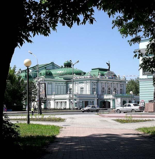 Статуя на драм. театре - Омск