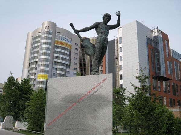 Памятник Высоцкому в Новосибирске