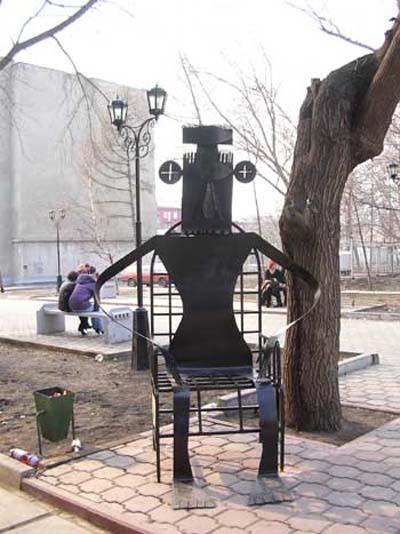 Скульптура сидящий человек - Омск