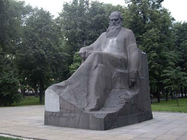 Памятник Льву Толстому - Москва
