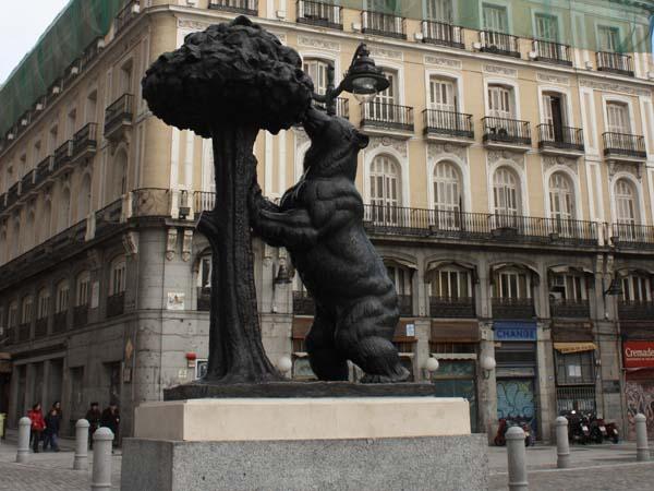 Памятник медведю и земляничному дереву - Мадрид