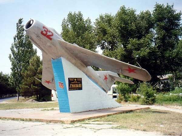 Памятник самолету МИГ-17 - Анапа