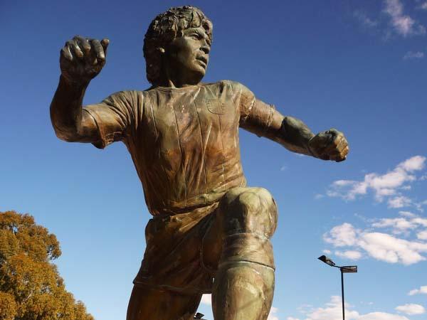 Памятник футболисту Диего Арманде Марадоне - Баия Бланка