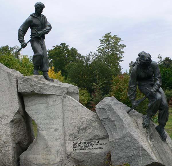 Памятник альпинистам в Москве