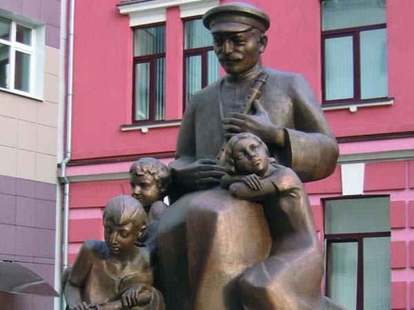 Памятник дудуку в Москве