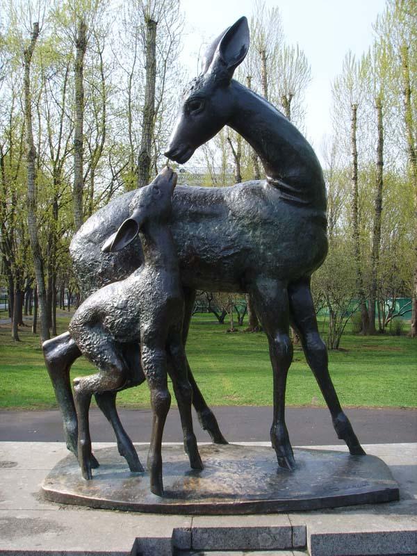 Памятник оленю и олененку в Москве