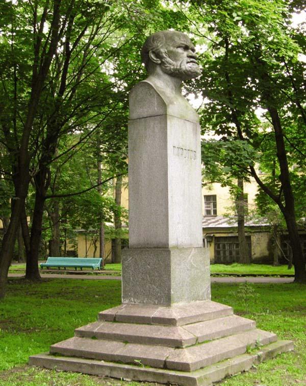 Памятник Пирогову в Санкт-Петербурге