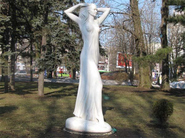 Памятник юность в Донецке