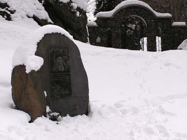 Памятный камень Высоцкому - Домбайская поляна