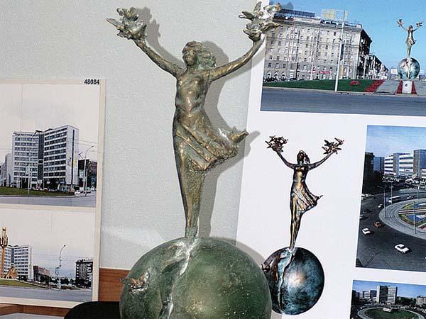 Памятник девочка на шаре в Новосибирске