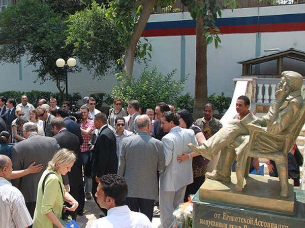 Памятник Чехову в Каире