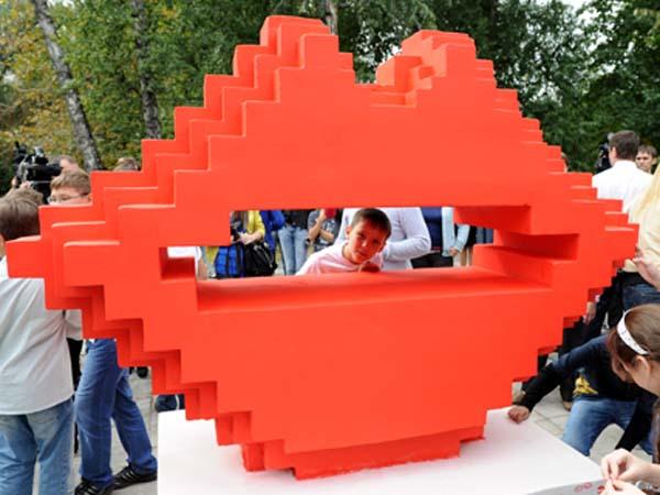 Памятник поцелую в Челябинске