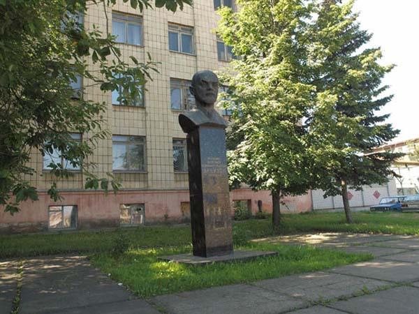 Памятник Арбузову в Казани