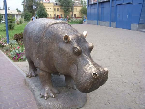 Памятник бегемоту в Волгограде