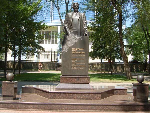 Памятник Бондаренко в Ростове-на-Дону