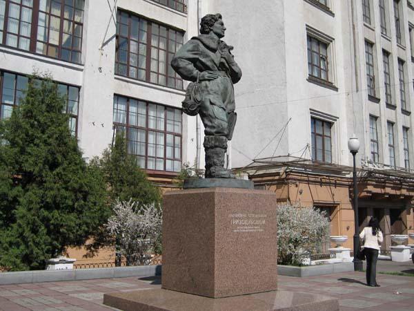 Памятник Гризодубовой в Москве