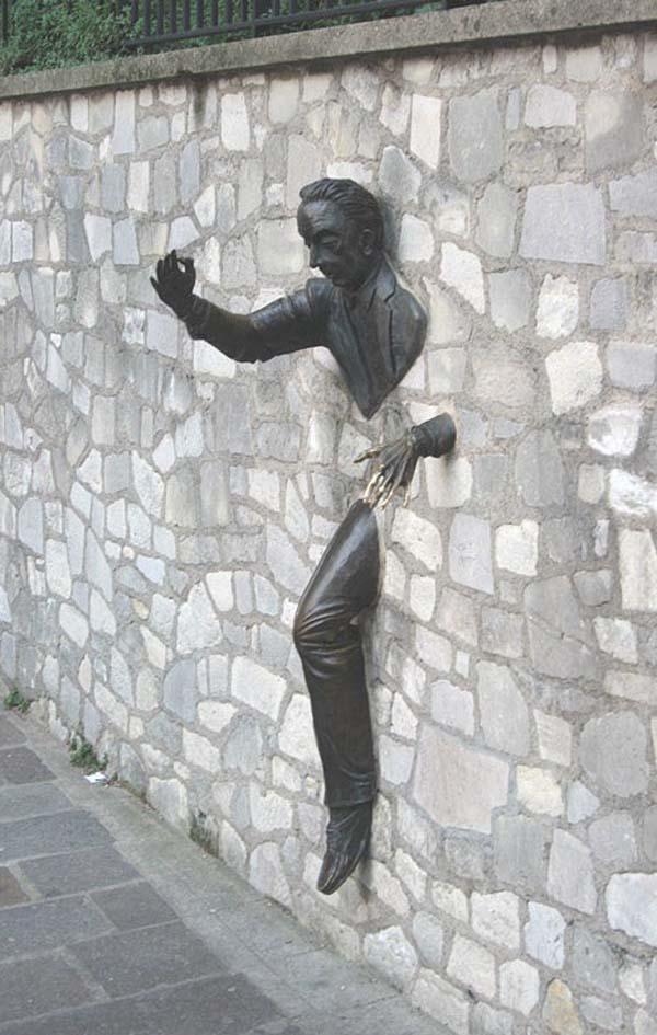 Памятник писателю Марселю Эме в Париже