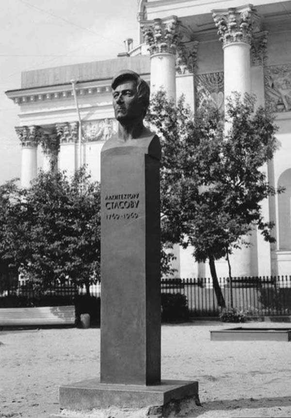 Памятник Стасову в Санкт-Петербурге