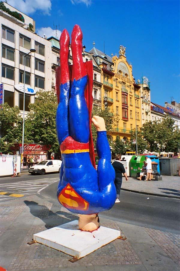 Памятник супермену в Праге