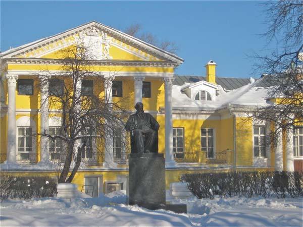 Памятник Толстому в Москве
