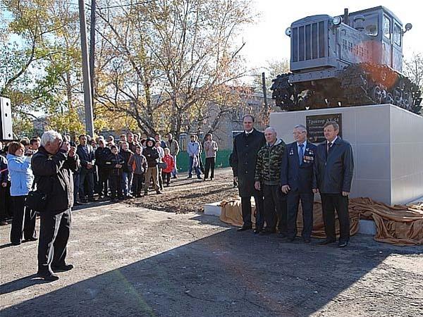 Памятник трактору ДТ-54