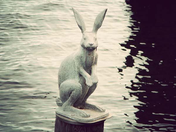 Памятник зайчик спасшийся от наводнения в Санкт-Петербурге