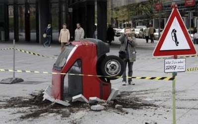 Скульптура разбитый автомобиль