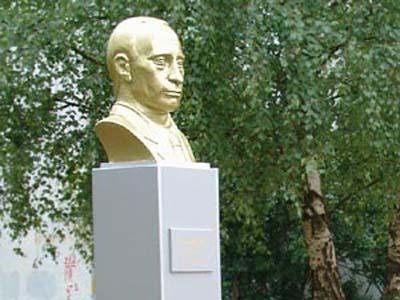 Бюст Путину в Пскове